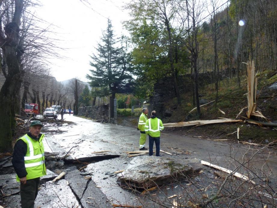 En raison d'un éboulement, la route de la vallée de la Roya (RD 6204) a été coupée à la circulation dans les deux sens dimanche, 1 km au nord de Saint-Dalmas-de-Tende.