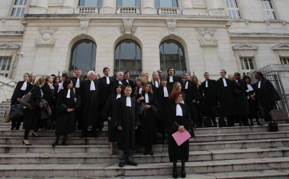 Une quarantaine de robes noires s'est rassemblée mardi midi devant le palais de justice.