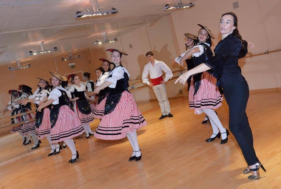 Le groupe folklorique de la Palladienne exécute les danses au son de la mandoline.