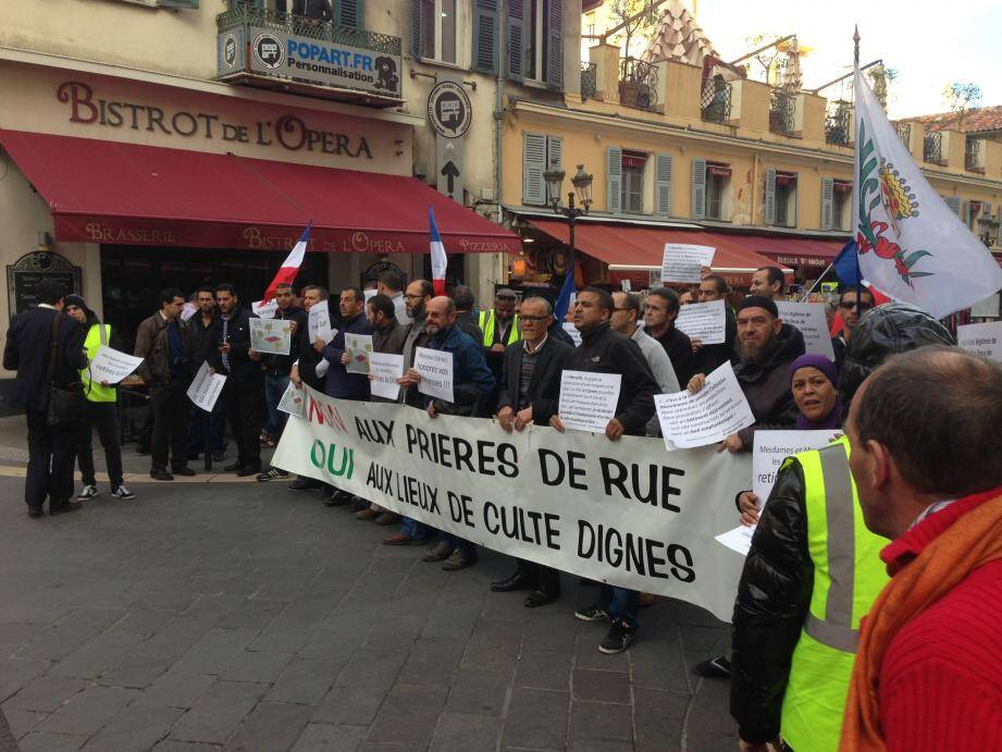 Hier, l'association En-Nour La Plaine avait incité une quarantaine de musulmans à se rassembler devant la mairie de Nice pour réclamer l'abandon de la DUP qui hypothèque l'ouverture d'une mosquée à Nice ouest.