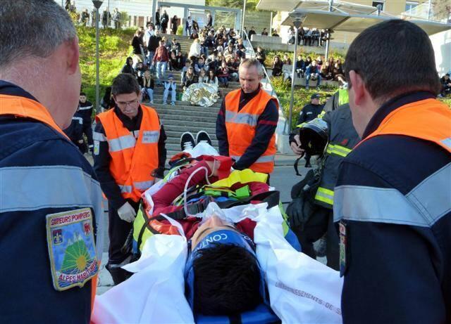 Les élèves de Pierre-et-Marie-Curie ont assisté aux opérations menées par les sapeurs pompiers de Menton