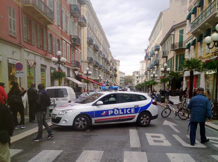 Alerte à la bombe ce lundi matin en plein centre-ville de Nice. Autour de 11 heures, un périmètre de sécurité a été établi sur la rue de la Liberté, entre l'avenue Jean-Médecin et la place Magenta.