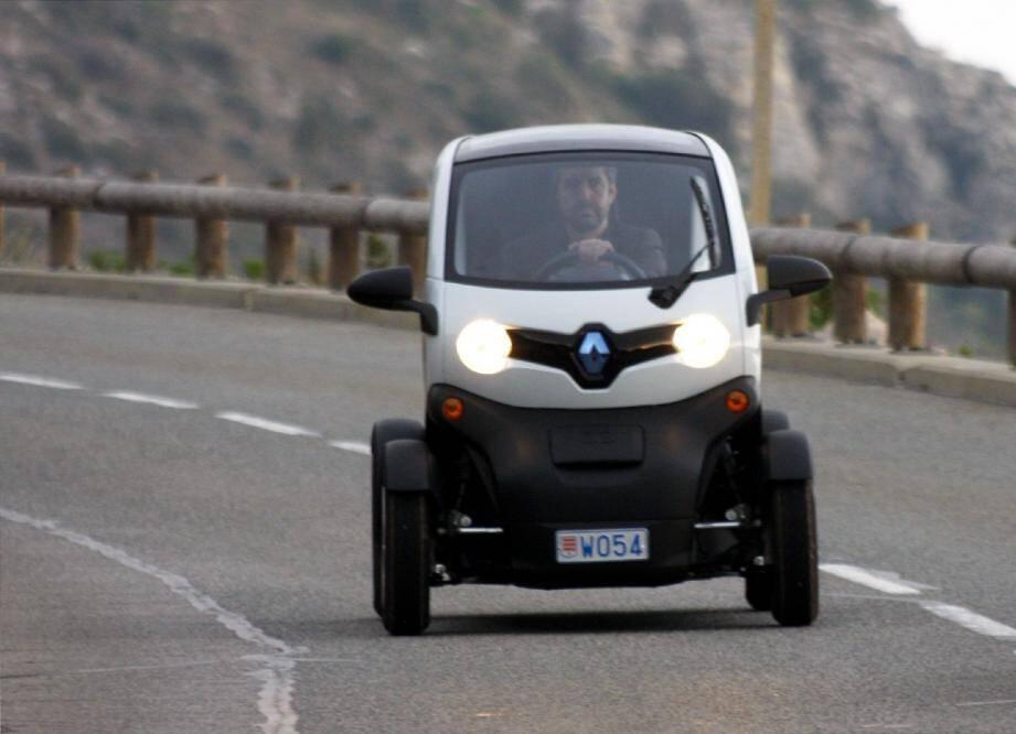 À peine plus long que le scooter MP3 de Piaggio, Twizy est un biplace électrique urbain. Rechargeable en 3 h 30, son autonomie permet de parcourir environ 100 km, avec des pointes à 80 km/h. Renault devrait le commercialiser au printemps.