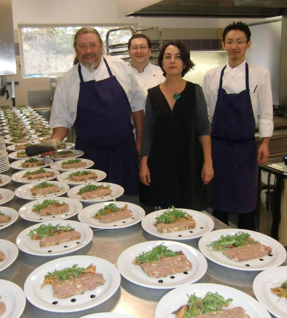 Le chef Emmanuel Ruz en compagnie de son staff en cuisine et de Gabrielle Augé de Pré Martin.