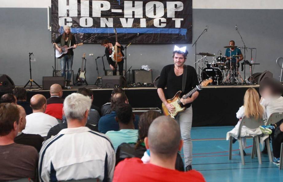 Descendant dans le public, le rockeur Matthieu Chedid, alias -M-, a invité les détenus à se rapprocher au plus près de la petite scène, installée spécialement pour ce concert organisé par Fu-Jo.