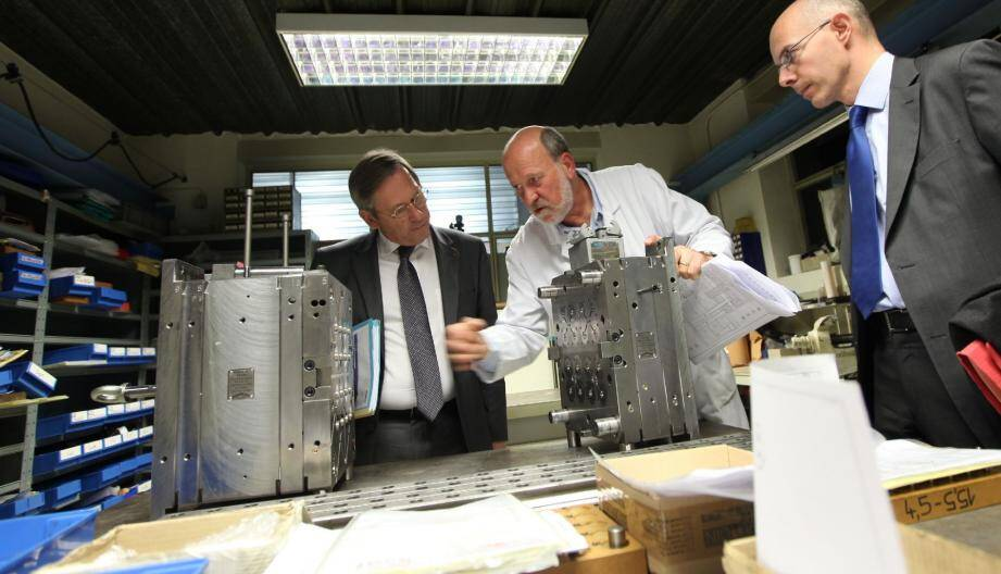 Après avoir expliqué le plan Orsec le matin aux élus, le préfet Laurent Cayrel et le sous-préfet Stanislas Cazelles ont rendu visite à deux entreprises qui ont été inondées en 2010 à Draguignan (la SOMMEP sur notre photo).