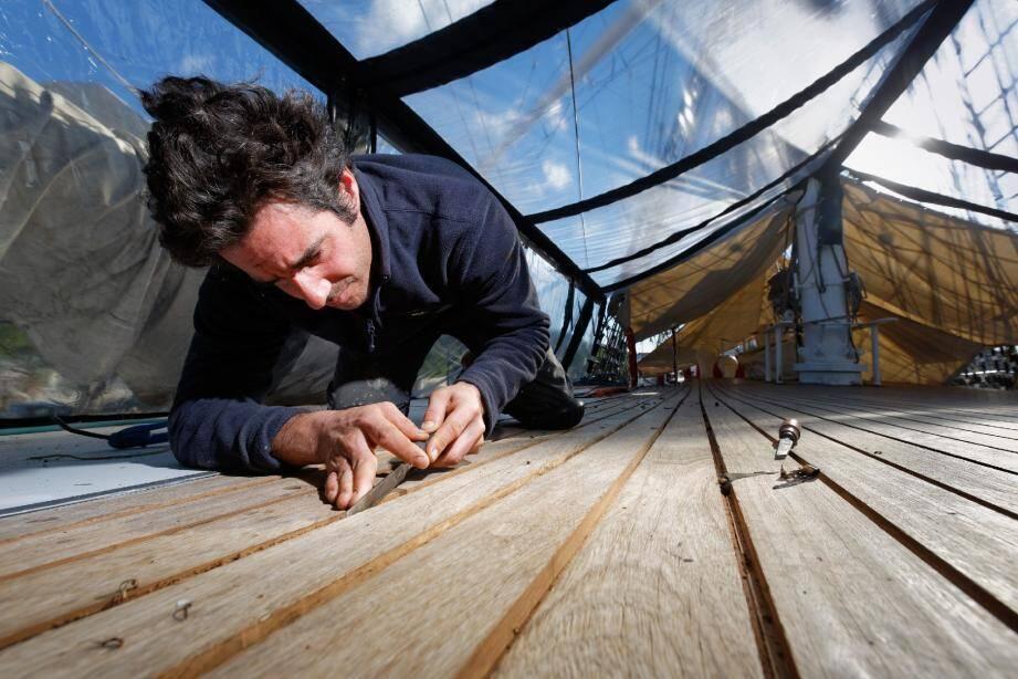 Stéphane, le charpentier de marine du bord, a pour mission de préparer la réfection du pont supérieur. Un travail de plusieurs semaines, qui l'amène notamment à gratter tous les joints au ciseau à bois.