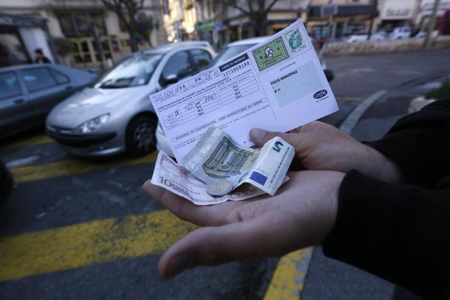 L'amende forfaitaire de 17 euros en cas de non-paiement du parcmètre risque fort de devenir une variable d'ajustement des budgets communaux.(Ph. F. Bouton)