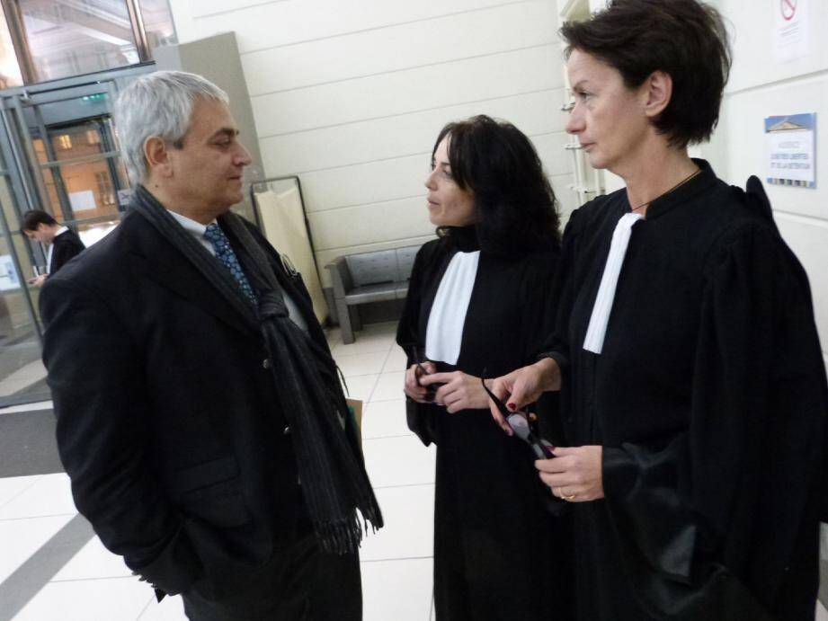 Le maire d'Eze au palais de justice de Nice, avec ses avocates Mes Roméo et Vincent : « Je n'ai fait que défendre ma commune » .