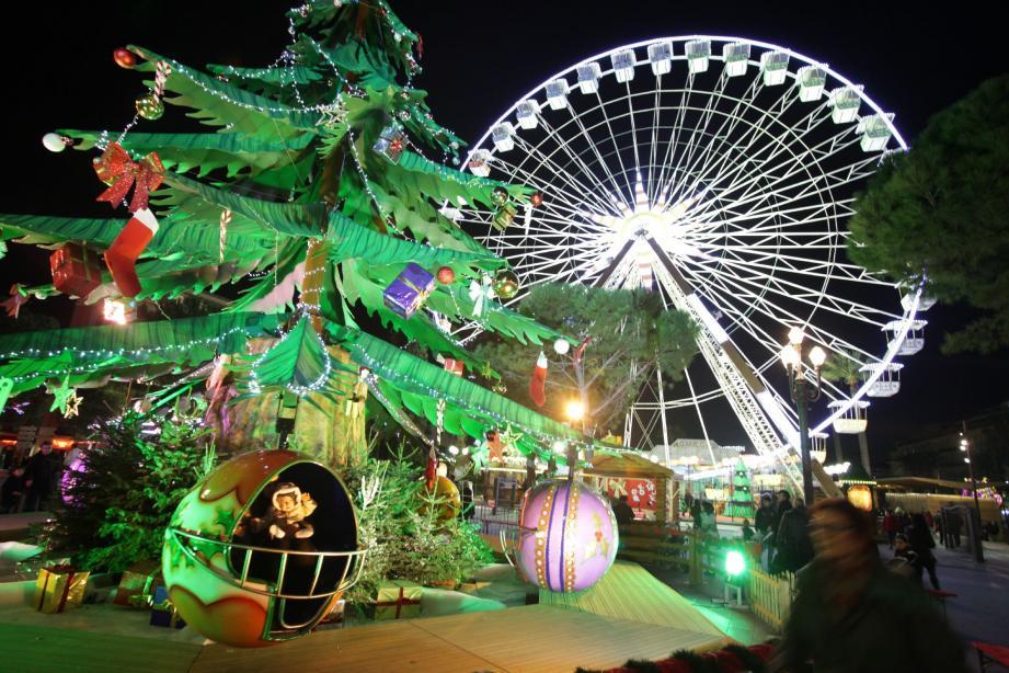 Chaque nuit, la grande roue se reflète dans le miroir d'eau de la promenade du Paillon.