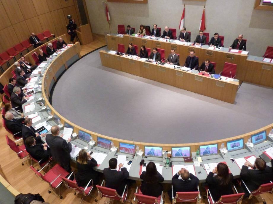 Le budget a été adopté à la faveur de quinze voix pour.