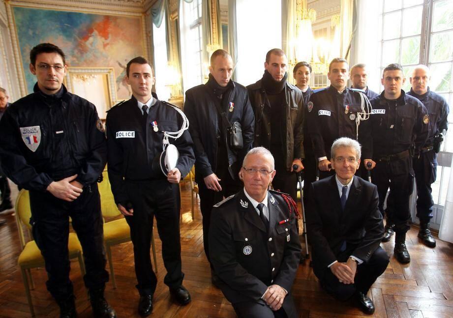 Les dix policiers qui ont participé à ces interpellations, avec le directeur départemental de la sécurité publique Marcel Authier et le préfet Adolphe Colrat.