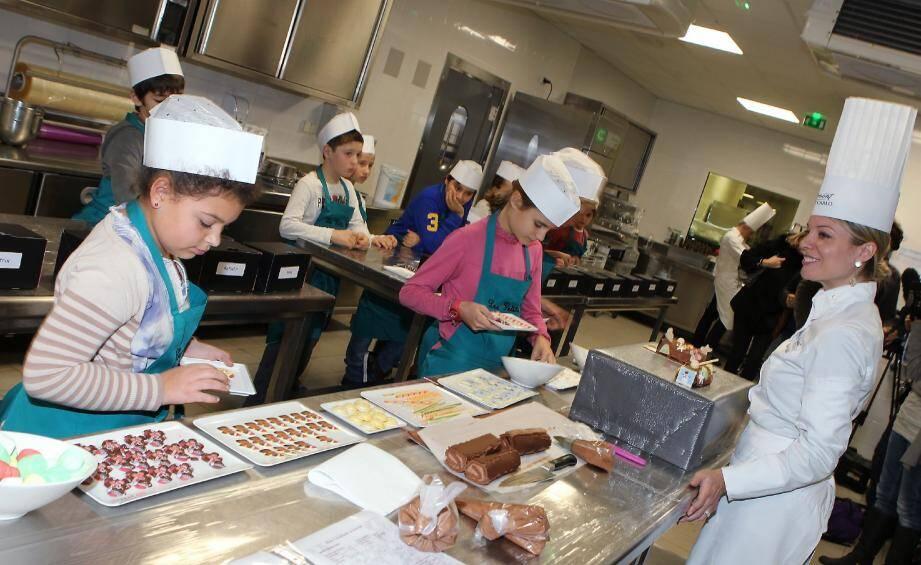 Claire Verneil, ex-candidate de Masterchef et chef pâtissière du Fairmont, a donné une leçon sur la ganache aux petits chefs.