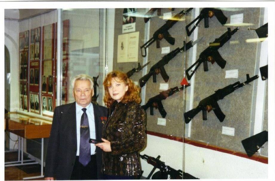 Mikhail Kalachnikov avec Elena Joly, au musée où sont entreposées ses célèbres armes.