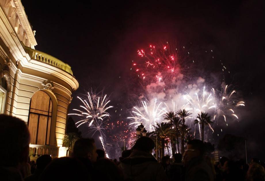 C'est une tradition qui enchante les Monégasques, les résidents et les touristes : le feu de la Saint-Sylvestre, tiré de la grande digue, offre un spectacle féerique pour bien commencer l'année.