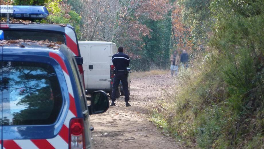 Les gendarmes ont contrôlé les fêtards et verbalisé les voitures en stationnement sur une voie non autorisée.