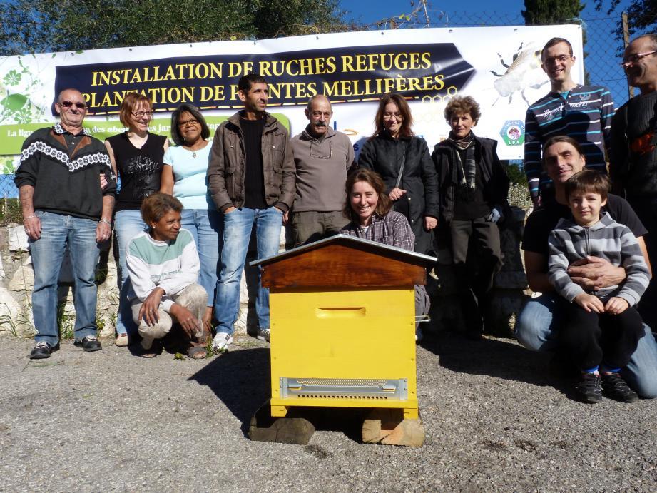 La Ligue de Protection des Abeilles a posé quatre ruches samedi, deux aux jardins Jeoffret, une aux Selves et une au village pour accueillir les essaims des nouvelles reines qui seraient tentées de s'installer un peu n'importe où.