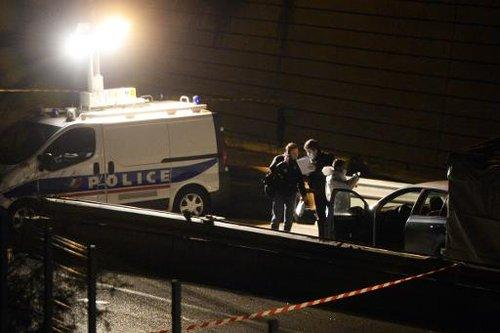 La police enquête sur les lieux où deux hommes ont été tués, le 31 décembre 2013 à Marseille;