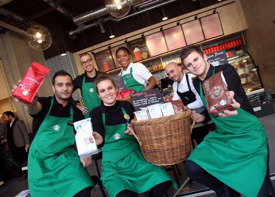 L'équipe de Starbucks Monaco, hier, préparant l'ouverture au public planifiée aujourd'hui à 14 heures.