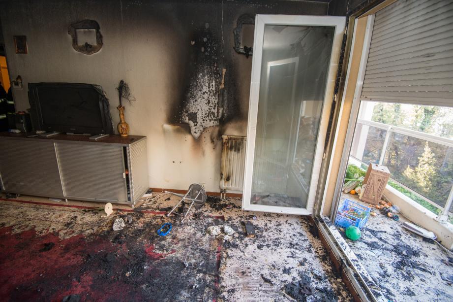 L'incendie aurait été déclenché par une housse de chaise collée au radiateur du salon.Les deux petites victimes ont été transportées vers Toulon en hélicoptère pour être placées dans un caisson hyperbare.