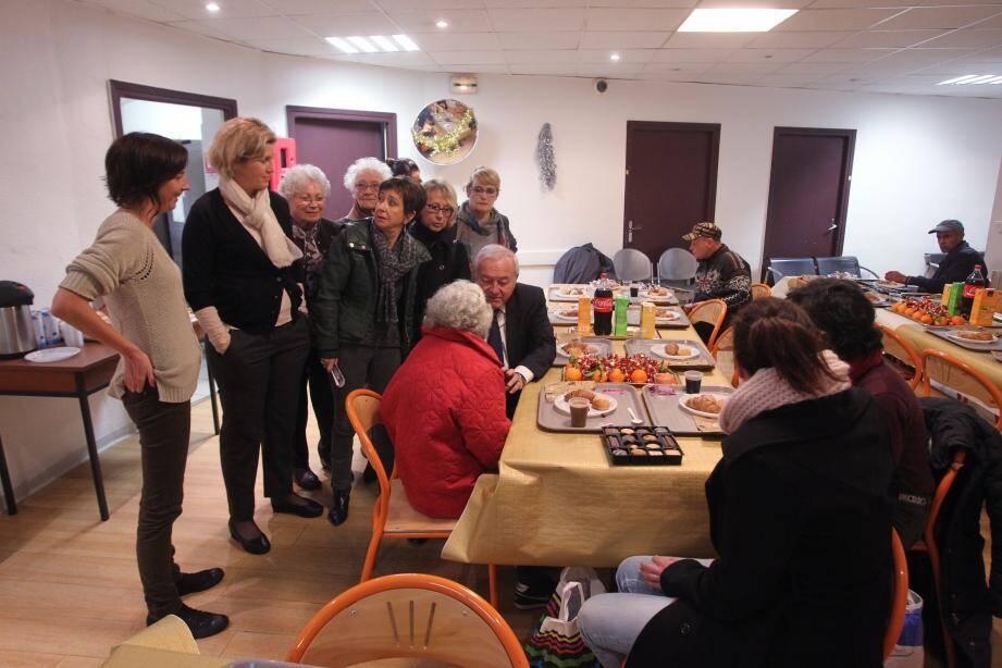 Des élus, dont le député-maire Bernard Brochand, sont venus hier matin partager la table de fête du petit-déjeuner des usagers de l'accueil de jour et de nuit du CCAS, rue Lycklama.