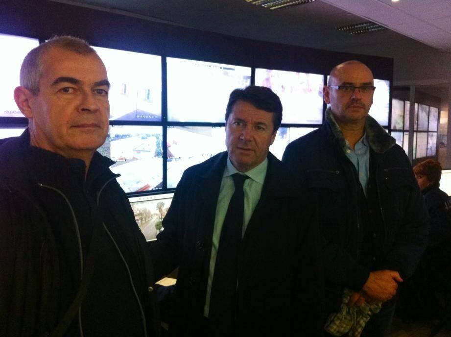 Christian Estrosi, entouré de Patrick Cros et Christophe Darmon, chef de service d'astreinte et directeur de la police municipale de Nice.