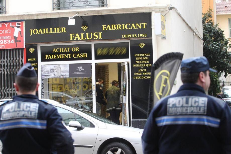 La police technique et scientifique est intervenue sur le braquage de la bijouterie Falusi à Nice