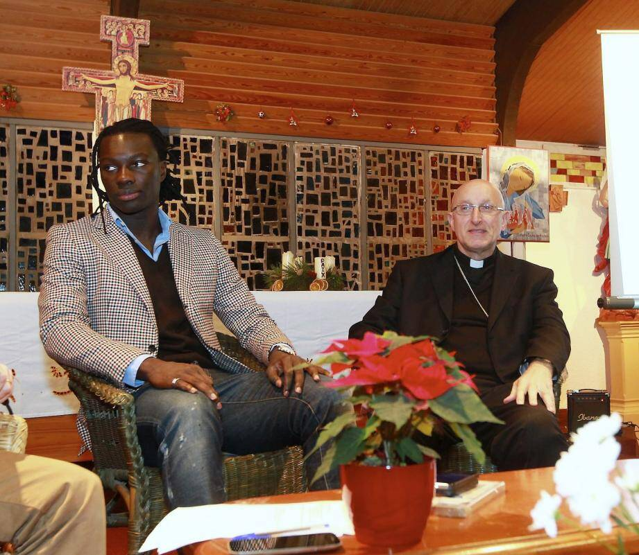 Bafé Gomis, l'enfant du quartier, (ici avec l'évêque de Fréjus-Toulon Monseigneur Rey), va passer les fêtes avec sa famille qui vit encore à La Beaucaire.