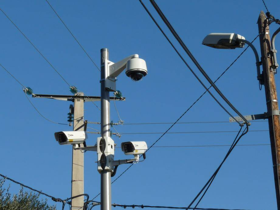 Les caméras qui lisent les plaques sont installées deux par deux sur un poteau et couplée avec une caméra classique.