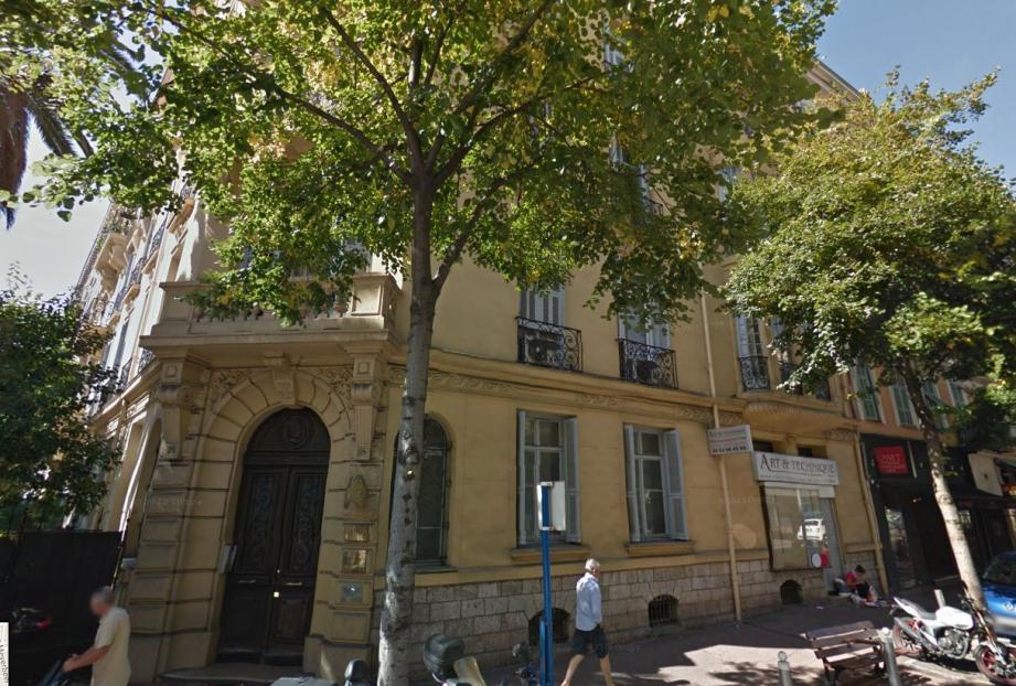 C'est dans cet immeuble du boulevard Gambetta à Nice que l'accident a eu lieu.