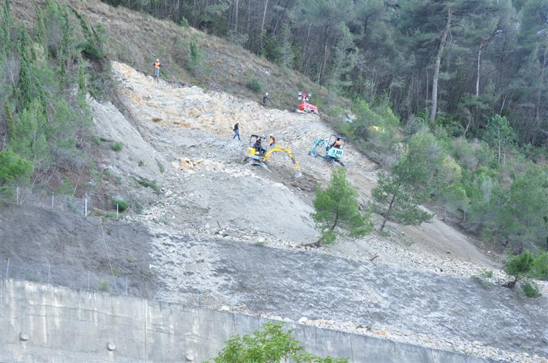 Travaux de confortement d'un talus instable en surplomb de l'A8 près de Nice.