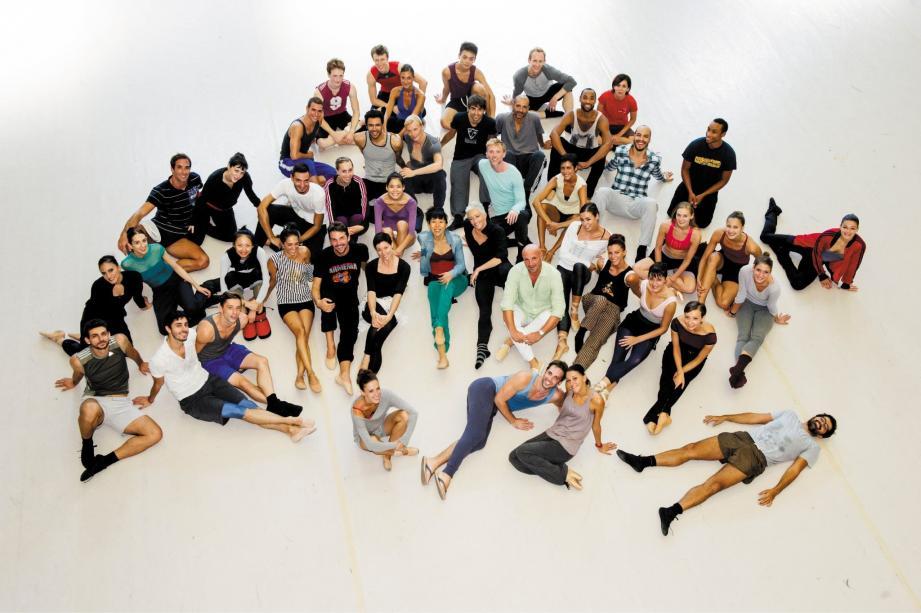 Les danseurs de la compagnie entourent le chorégraphe pour cette saison exceptionnelle.