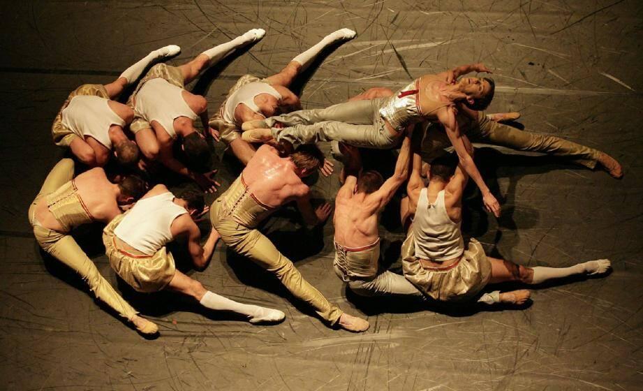 ALTRO CANTO, 2006. Un ballet abstrait et poétique qui exprime la relation entre la musique, ses vibrations sonores et le corps des danseurs en mouvement. Costumes de Karl Lagerfeld sur la musique de Monteverdi.