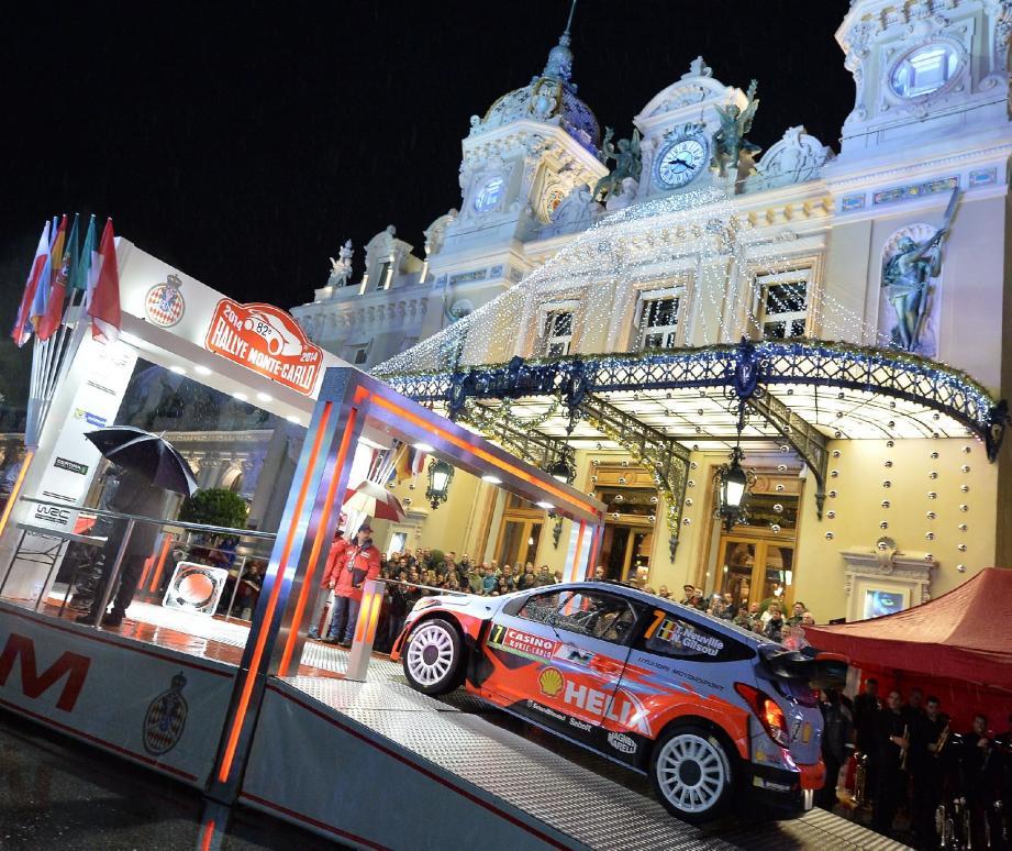 Un an après Volkswagen, Hyundai entre à son tour dans la danse du WRC avec deux i20 étrennées par Thierry Neuville (ci-dessus, hier soir à Monaco) et Dani Sordo. Objectif initial : aller au bout du baptême...