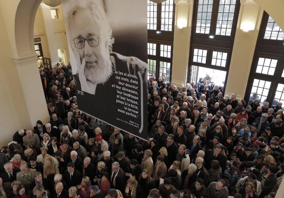 La bibliothèque Raoul-Mille, installée dans la Gare du Sud rénovée, a été inaugurée hier par le maire, Christian Estrosi, et le président du conseil général, Eric Ciotti, devant une foule de Niçois.