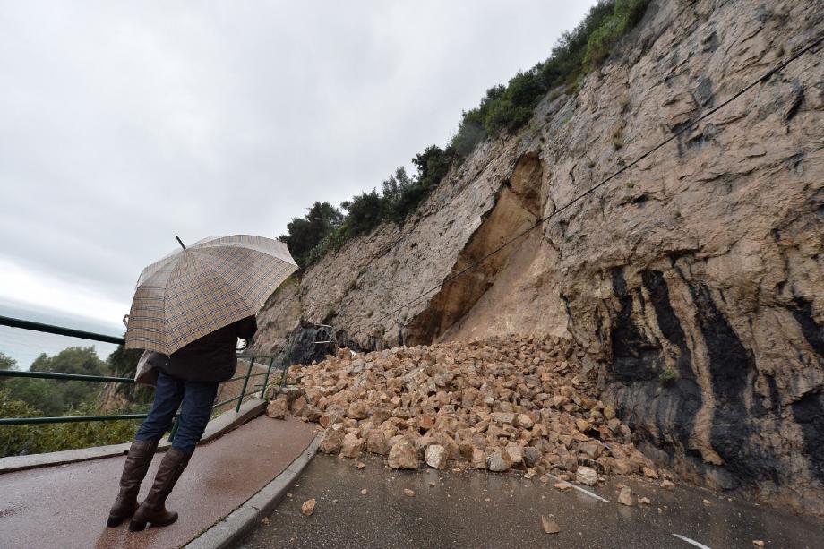 De nombreuses routes, surtout dans l'est des Alpes-Maritimes, ont été bloquées par des éboulements, des glissements de terrain et des chutes d'arbres.