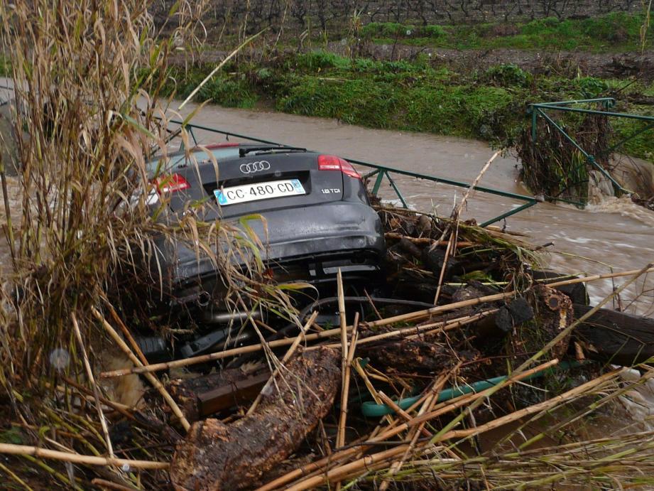 Les chemins transformés en torrents ont emporté plusieurs véhicules à Pierrefeu.