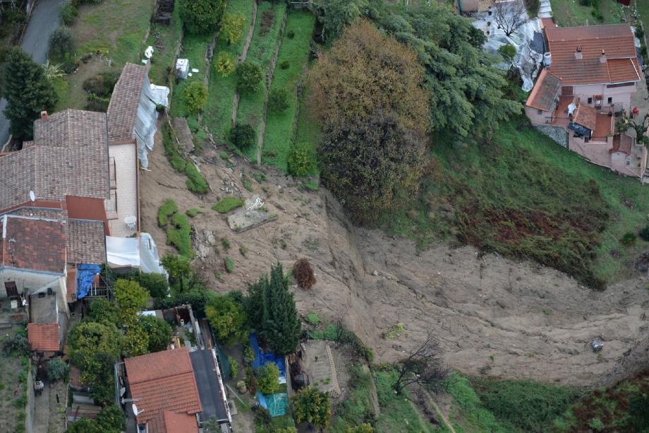 Spectaculaire glissement de terrain à Menton vers le sentier des Boschi.