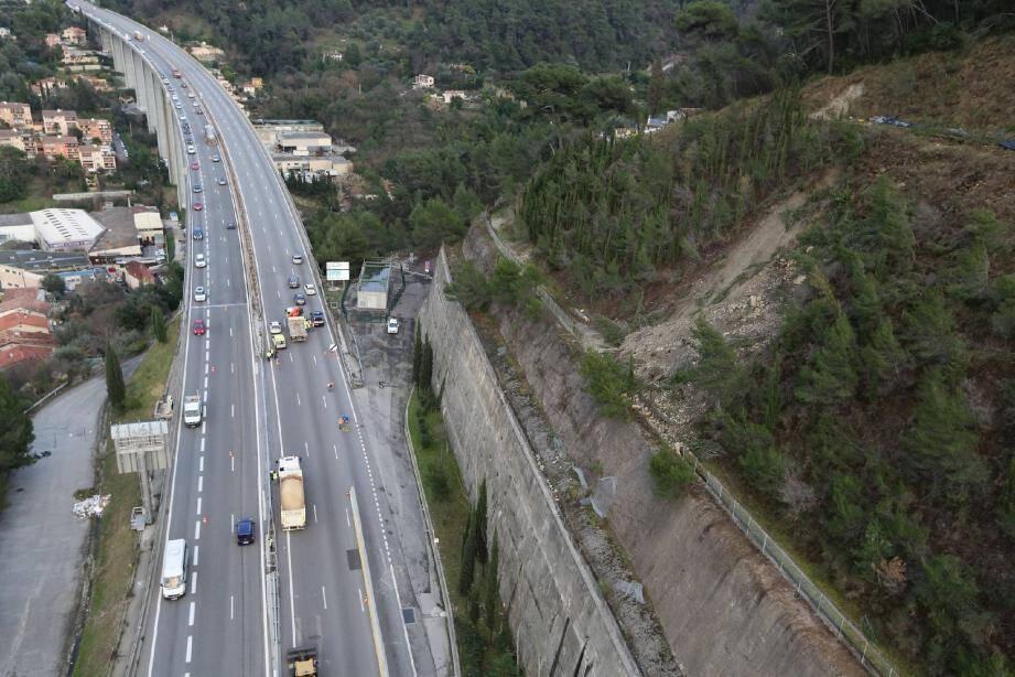 Une coulée de terre instable (au premier plan à droite) a été repérée sur un talus surplombant l'A8 entre le tunnel du Paillon-sud et le viaduc de l'Oli, nécessitant des travaux d'urgence.