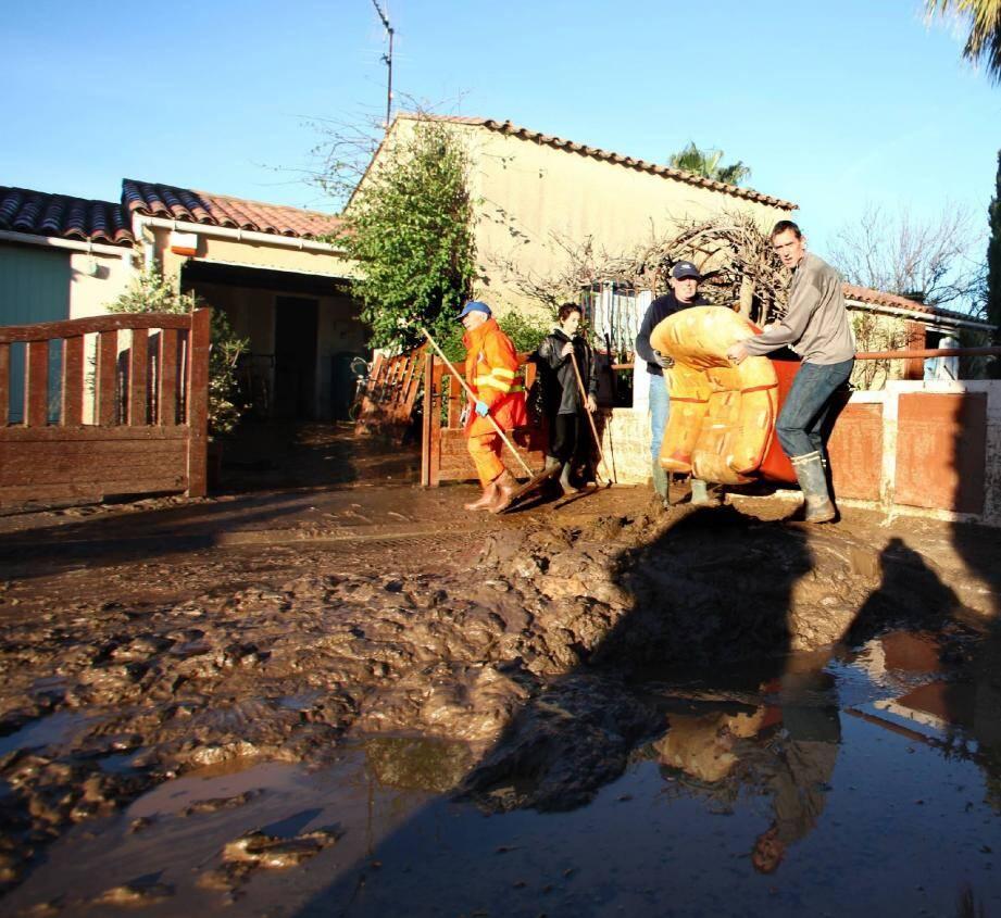 De nombreux bénévoles sont venus aider les sinistrés.