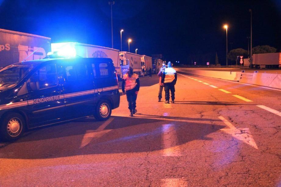Hier soir, les gendarmes stockaient les poids lourds en provenance de l'Italie à la Turbie.(Ph. Eric Sennegon)