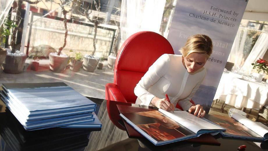 C'est sur la terrasse du restaurant de l'hôtel Port Palace que la princesse Charlène a dédicacé ce bel ouvrage.(Photo Cyril Dodergny