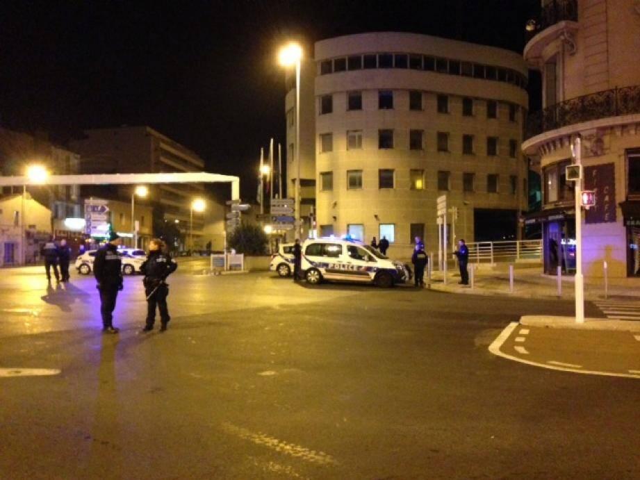 Le pont Carnot était, hier soir, fermé à la circulation à la suite d'une alerte à la bombe.