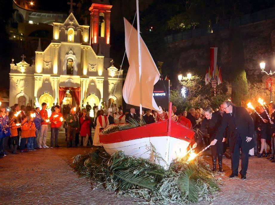 Entouré par les scouts de Monaco et la Palladienne, flambeau à la main, le souverain et son épouse portent la première étincelle au brasier.