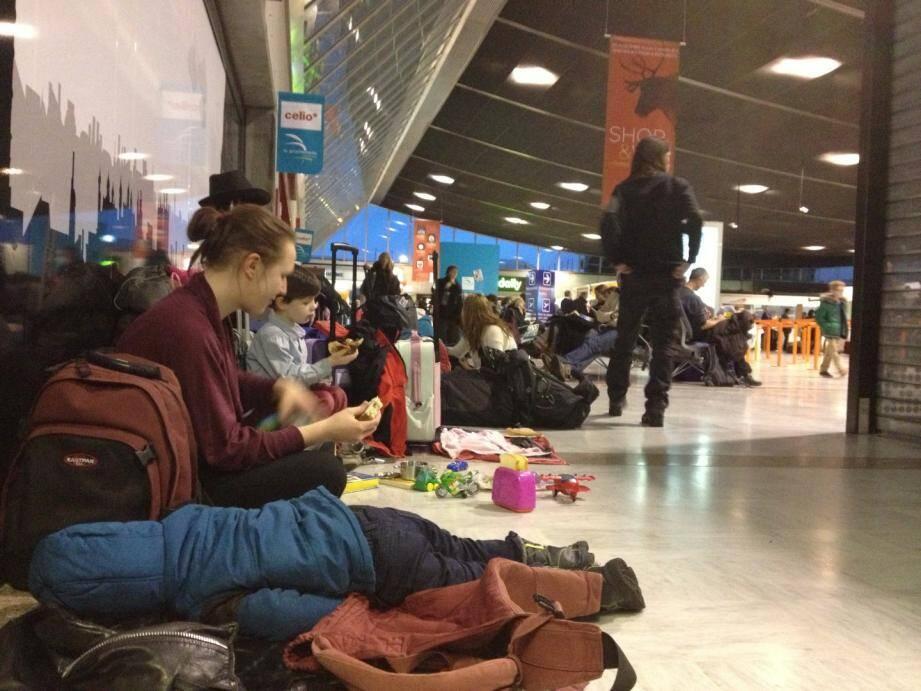 Un jeune enfant dort par terre à l'aéroport de Nice après l'annulation de plusieurs vols à cause du mauvais temps.