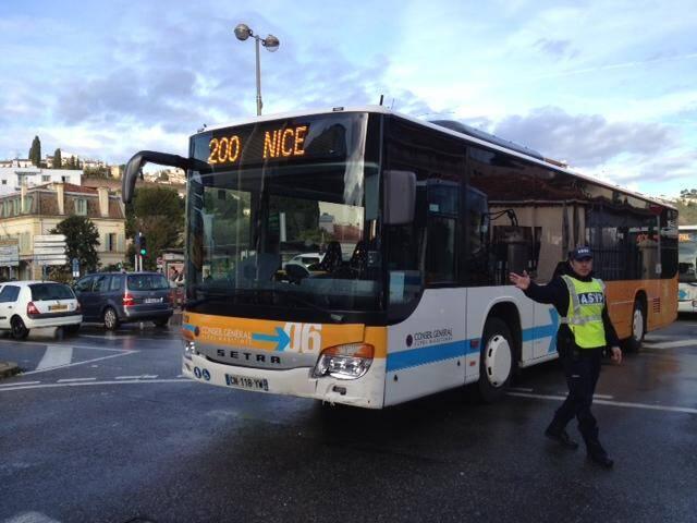 Le bus 200 et une voiture sont entrés en collision dans le centre de Cagnes-sur-Mer.