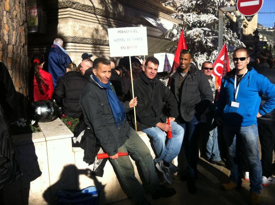 La grève d'une centaine de salariés de l'Hôtel de Paris a commencé le 30 décembre (ici, avenue des Beaux-Arts, en face de l'entrée de service de l'Hôtel de Paris).