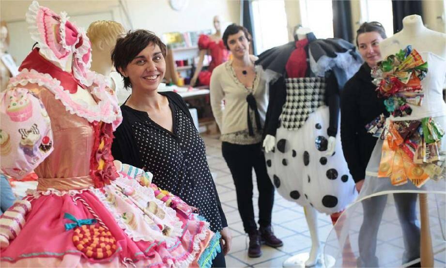 Caroline, costumière en chef, et ses couturières - ici en compagnie d'Aurore et d'Aurélie - sont pour cette édition carnavalesque 2014, les cordons bleus d'une garde-robe aux débordements savoureux.