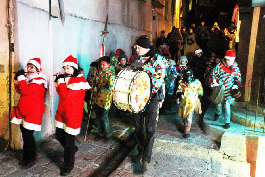 """Les enfants de l'école ont parcouru les rues du village en souhaitant le """"buon principi d'an"""" (la bonne année) aux habitants.."""