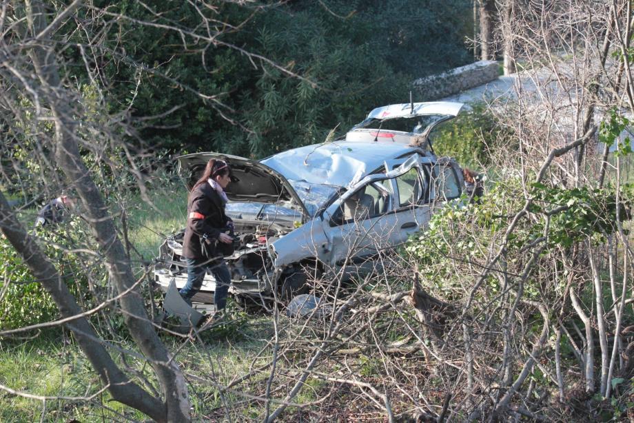 La Clio a terminé sa course dans un jardin en contrebas de la route, écrasant un arbre.Le conducteur a été retrouvé à plusieurs mètres de là.